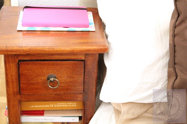 Trucos para dormitorios peque os la merienda a las 5 - Mesillas estrechas ...