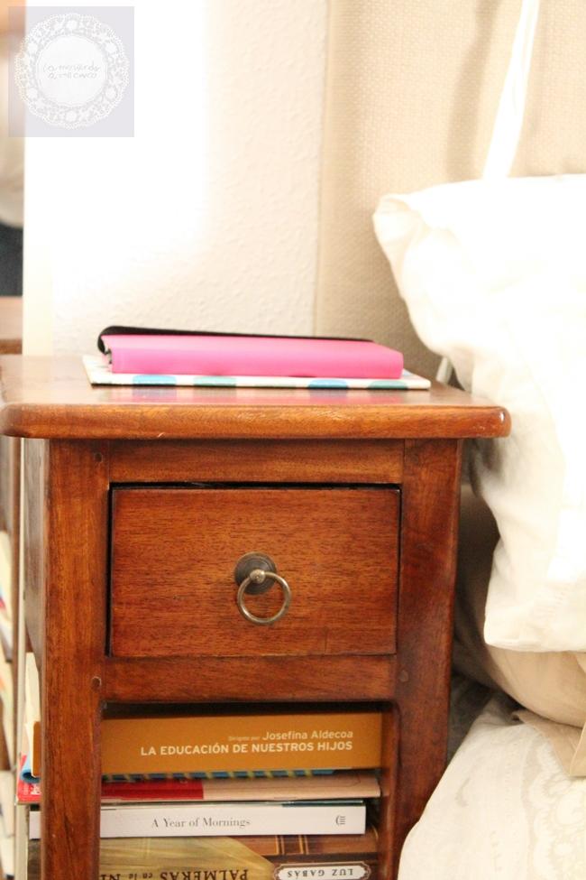 Trucos para dormitorios peque os la merienda a las 5 for Mesillas estrechas ikea